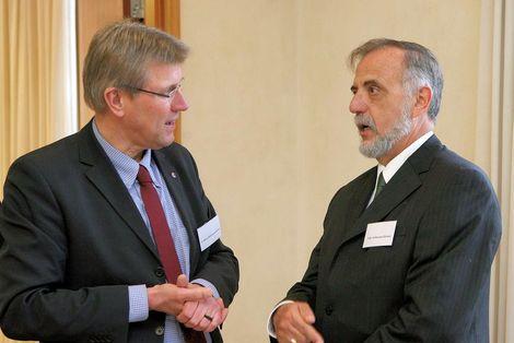 Geschäftsführer Martin Bröckelmann-Simon mit Preisträger Iván Velásquez Gómez ©Novak/MISEREOR