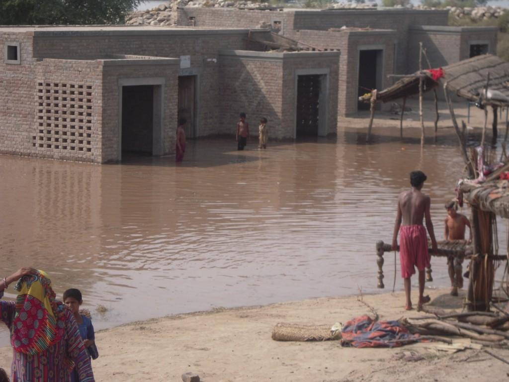 """Nach der Flut im September 2014 stehen noch immer viele  """"Kacha""""-Gebiete unter Wasser."""