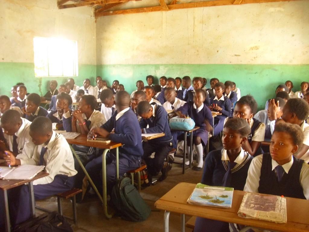 95 Schüler in einem Klassenzimmer- Alltag in Sambia