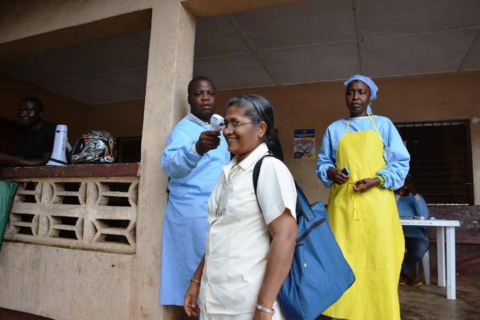 Bei der Einreise in andere DistrikteLiberias sind Händewaschen und Fiebermessen Pflicht. Fotos: Klemens Ochel.