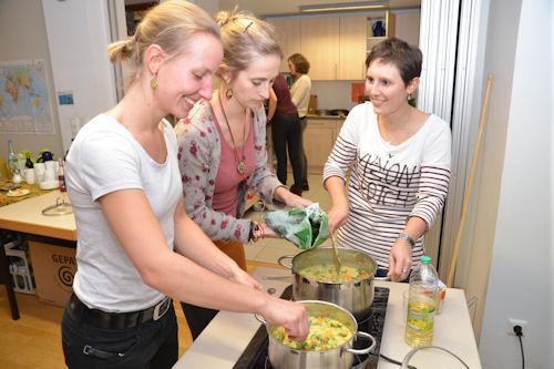 Von und für Rückkehrer: Die Freiwilligen nahmen die Organisation des Workshops selbst in die Hand - veganes Kochen inklusive.