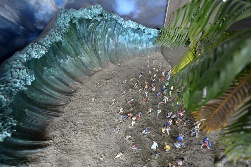 Ein dreidimensionales Bild von der Welle und den flüchtenden Menschen am Strand im Museum Tsunami Aceh, Indonesien ©Kopp/MISEREOR