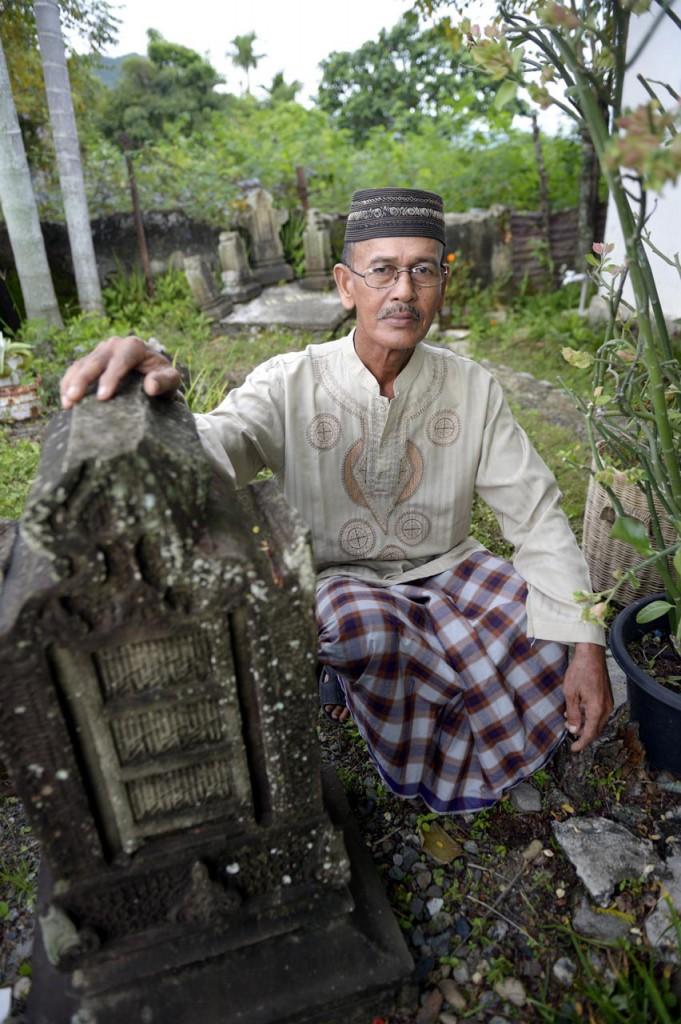 Erinnerung an Frau, Kinder und Enkel: Ridban Husin hat zu ihren Ehren mehrere Grabsteine in seinem Garten aufgestellt. ©Kopp/MISEREOR