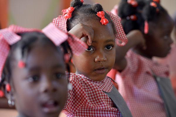 Marie Josianne Kenezo (4 Jahre) lernt bereits in den neuen Klassenräumen der Schule von Grand Boulage, Haiti; Foto: Florian Kopp