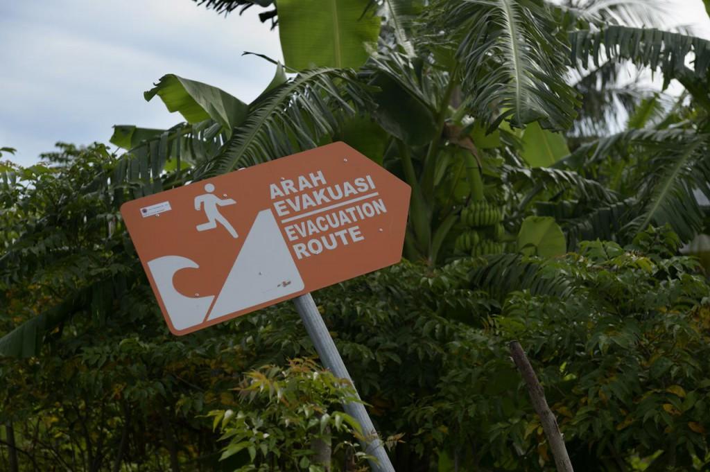 Rettungsweg: In vielen Orten weisen Schilder Not-Routen für den fall eines erneuten Seebebens aus. ©Kopp/MISEREOR