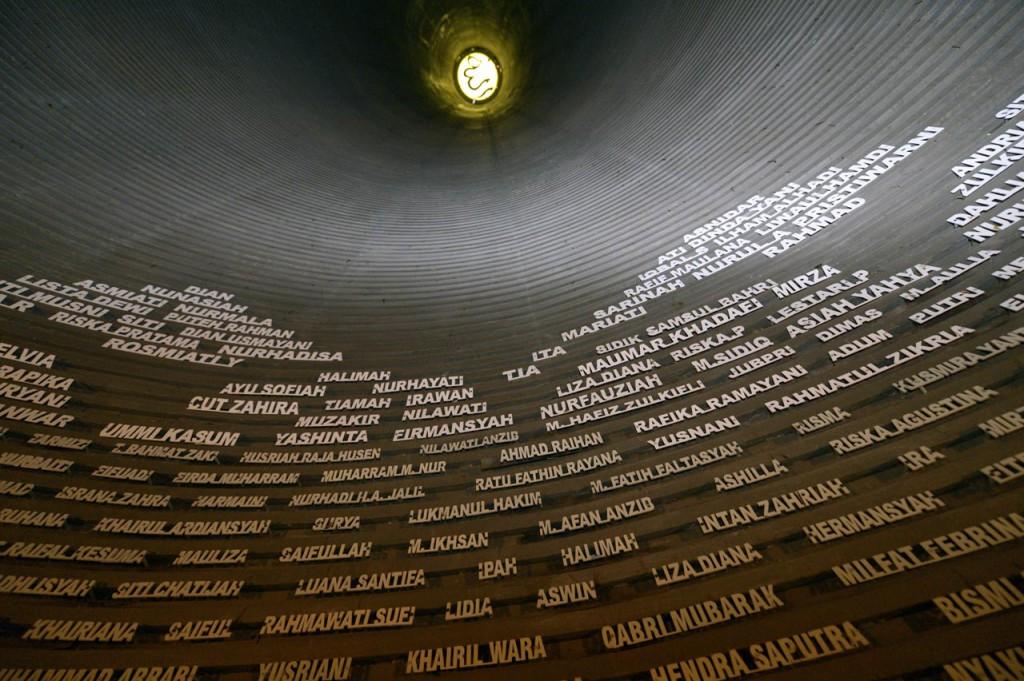 Bedrückende Erinnerung: Im Tsunami-Museum von Banda Aceh erinnern unzählige Namen an die Opfer des Seebebens. © Kopp/MISEREOR