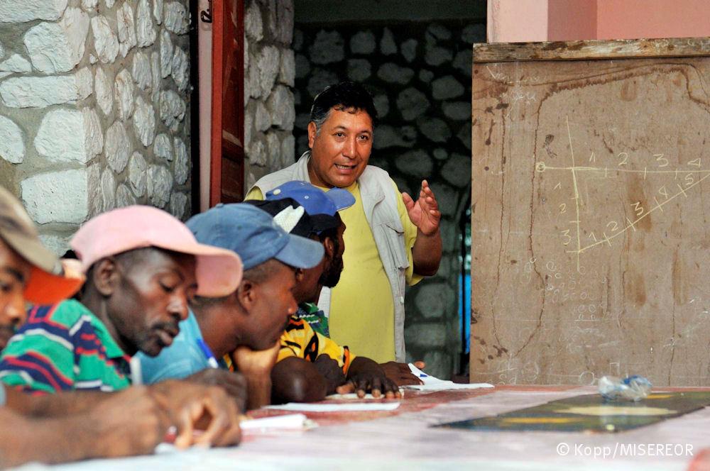 Wilfredo Carazas, Architekt und Misereor-Consultant, unterrichtet lokale Bauarbeiter im erdbebensicheren Hausbau