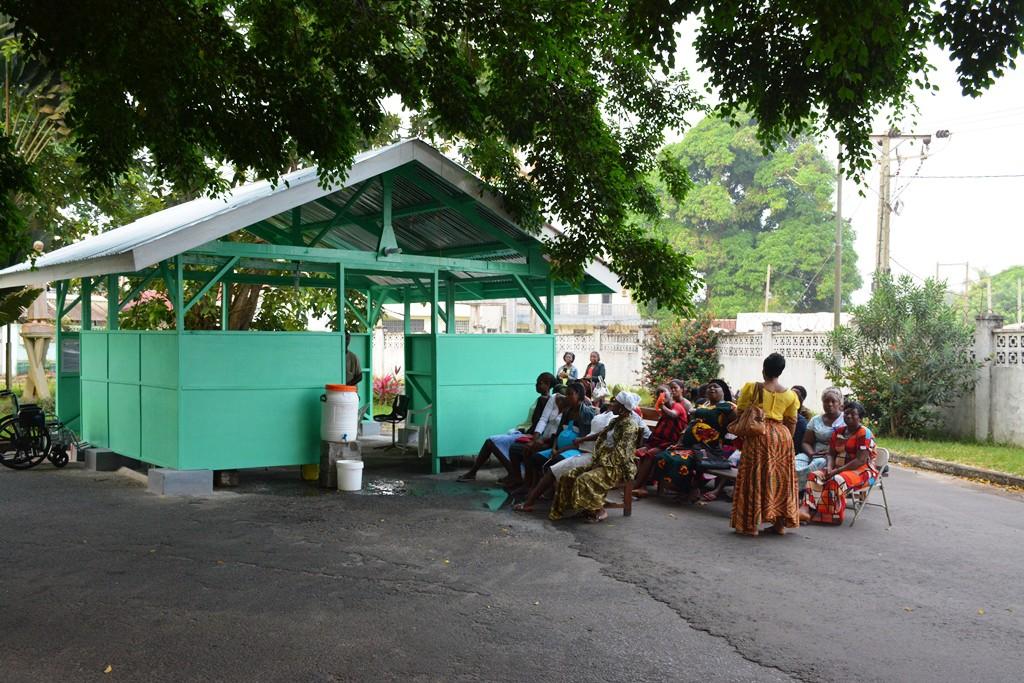 Frauen warten an der Triagestation auf ihr Screening zur Schwangerschaftsvorsorge © Klemens Ochel