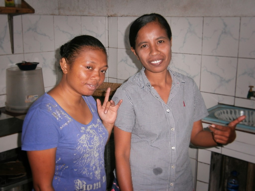 Meine timoresischen Mitbewohnerinnen Abui (l.) und Gida beim Kochen