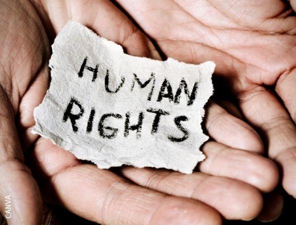 """Hände halten ein Schild mit der Aufschrift """"human rights"""""""