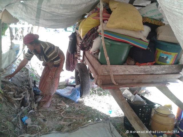 Intern Vertriebene richten eine Notunterkunft ein