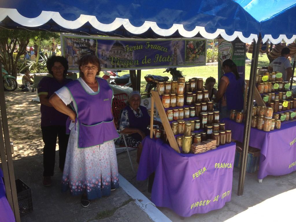 Verkäuferinnen auf dem Marktplatz von Itati