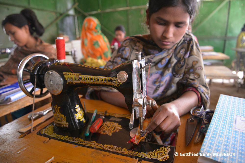 Näherin an einer Nähmaschine in Bangladesch_Gottfried Bohl