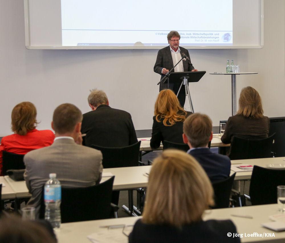 Prof. Michael von Hauff von der TU Kaiserslautern während seines Vortrages über Nachhaltiges Wachstum.