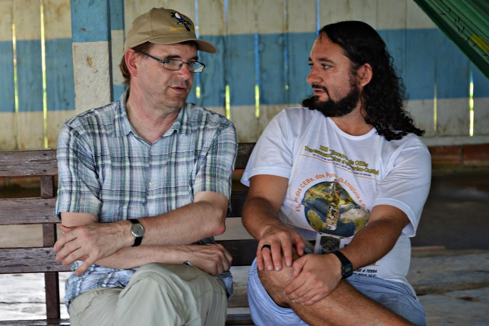 Thomas Schmidt und Padre Joao Carlos im Gespräch in Pimental - Brasilien