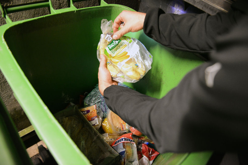 Die Bio-Bananen sind schon zwei Tage vor Ablauf des Haltbarkeitsdatums im Müll des Discounters gelandet. Unbeschädigt und originalverpackt. Der Kunde kauft nur die ganz frische Ware. © Chiara Chessa