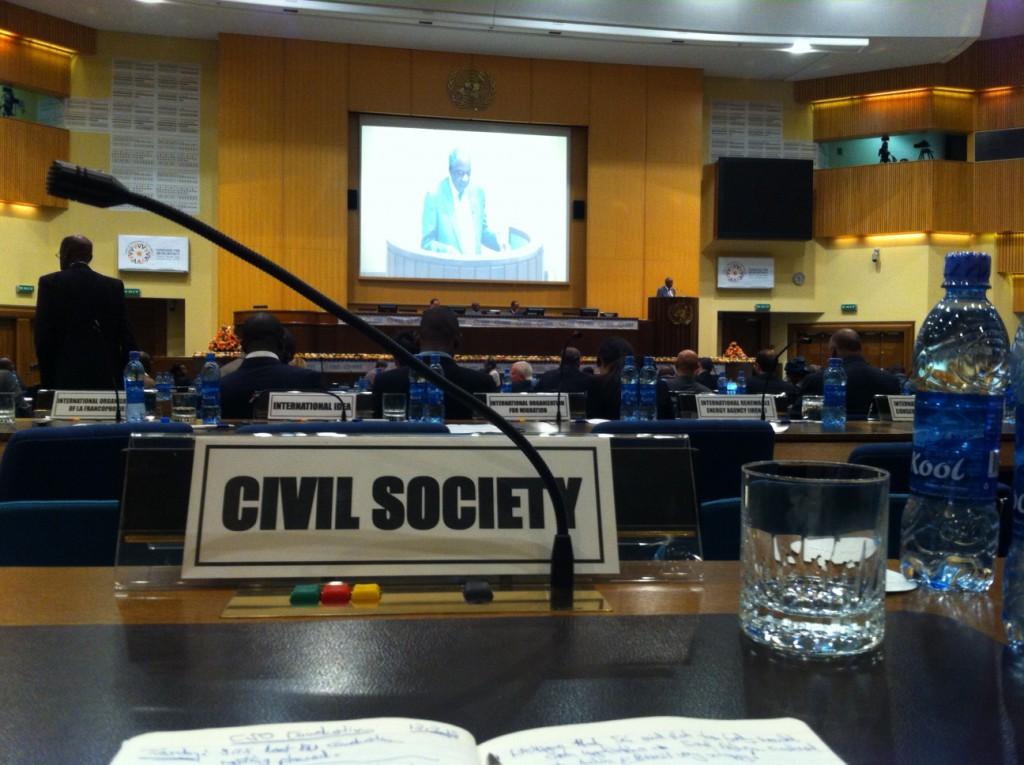 Die Zivilgesellschaft hat zwar einen Platz im Plenum der Konferenz, bleibt aber von den informellen Verhandlungen hinter geschlossenen Türen ausgeschlossen.