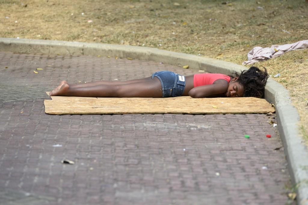 Eine Jugendliche schläft auf einem öffentlichen Platz in Rio de Janeiro. © Florian Kopp/MISEREOR