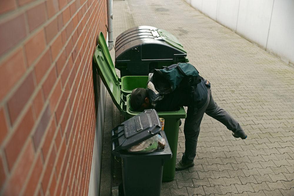 Bei seiner Suche nach Essbarem stößt Sebastian Engbrocks immer wieder auf ganze Lebensmittellager. Hier warten die weggeworfenen Nahrungsmittel darauf, von den Entsorgungsfirmen abgeholt zu werden. © Chiara Chessa