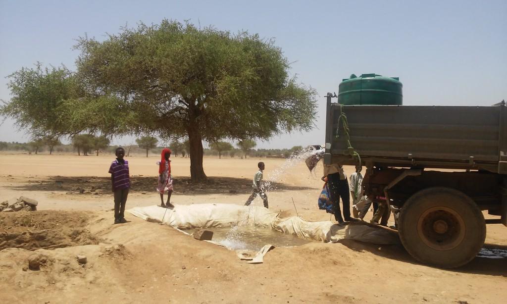 Tschad_Es gibt an der Schule sowie an vielen Ortsteilen keine eigene Wasserstelle - ein Wasserproblem, das typisch für weite Teile des Oststschad und der Flüchtlingslager dort ist