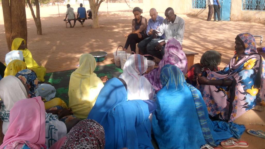Frauengruppe, die bei Einkommen schaffenden Aktivitäten sowie in ihrer Selbstorganisation gefördert wird
