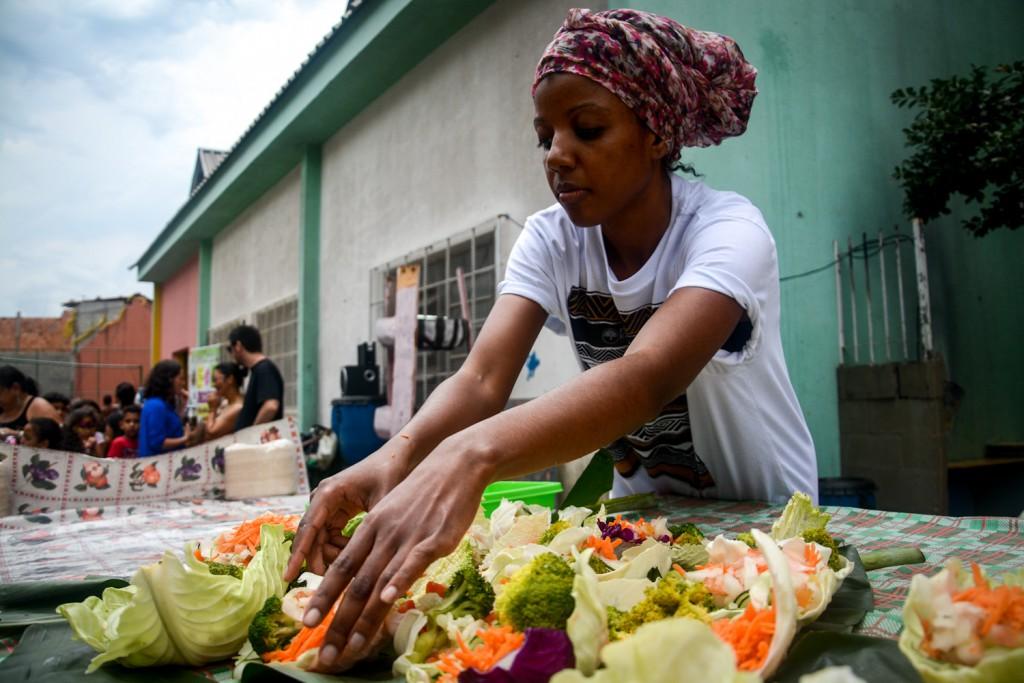 """Liebevoll verwandelnt eine Lebensmittelretterin """"Müll"""" in ein Festbanquet. Foto: Fernando Angeoletto (CEPAGRO)"""