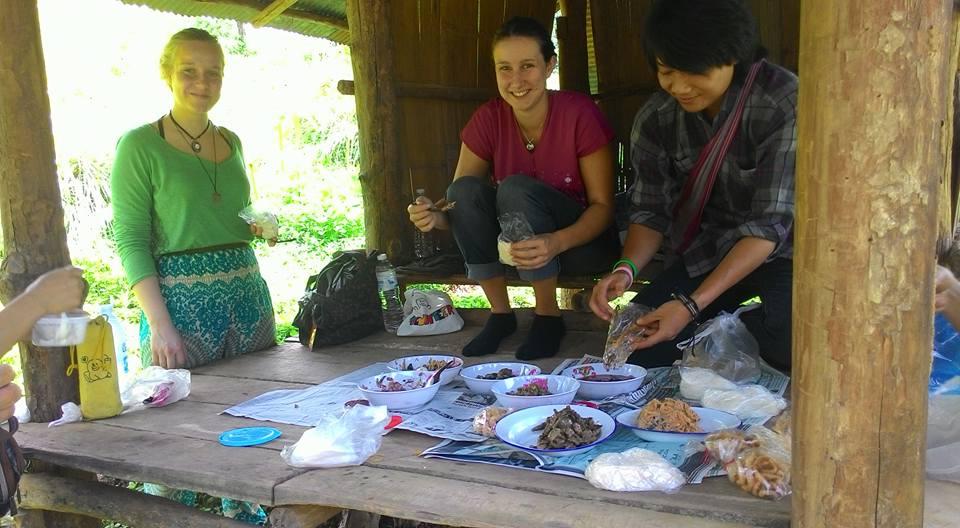 Lunchpause auf dem Weg in die Camps