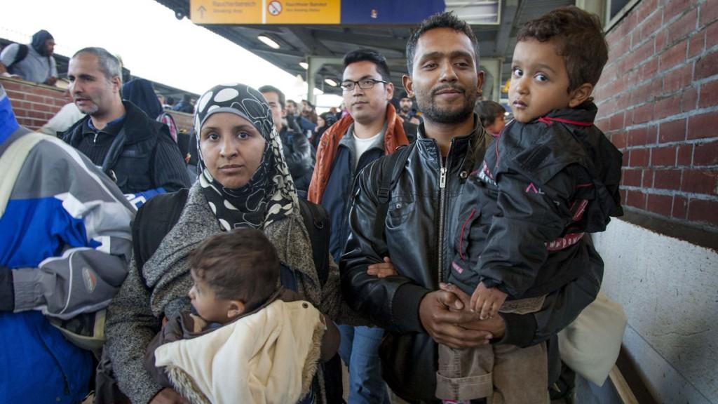 Fluechtlinge sind am 01.10.2015 mit einem Sonderzug im Bahnhof Schoenefeld angekommen. Anschliessend werden sie mit Bussen zu Unterkuenften in Berlin gebracht.