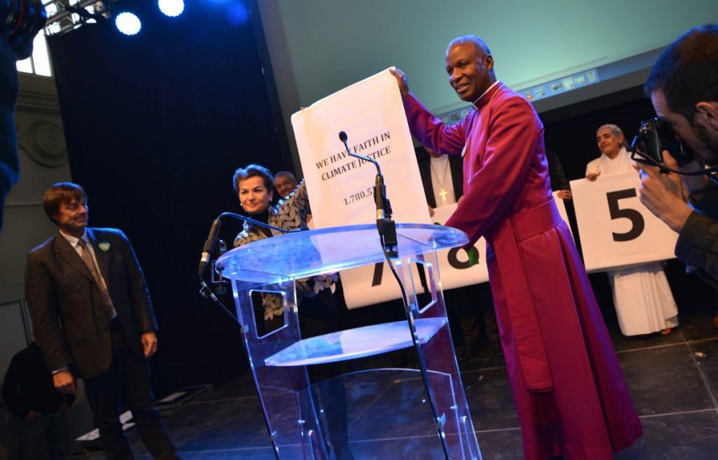Übergabe der Unterschriften durch den südafrikanischen Erzbisschof Thabo Makgoba an Christiana Figueres und Nicolas Hulot, Berater des franz. Präsidenten.