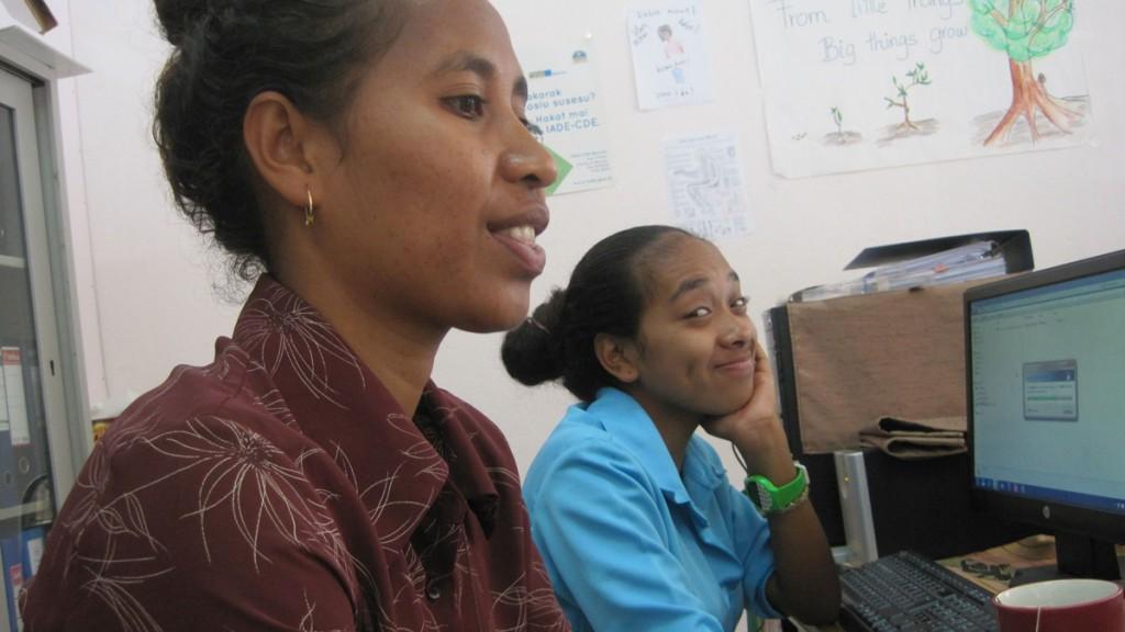 Im Büro - Ephy und hinten Izah