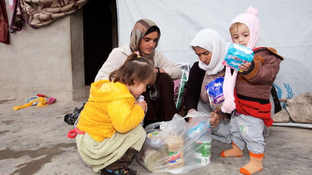 Die vor dem grausamen IS-Terror ins Sinjar-Gebirge geflohenen Jesiden werden mit Hilfsgütern unterstützt. (c) Harms/Misereor