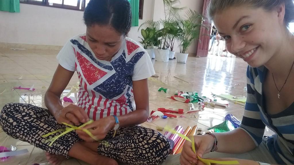 Fleißige Bastelvorbereitungen für die Graduation mit Eva, der Koordinatorin meines Büros