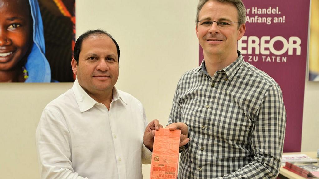 Gerardo de León und Wilfried Wunden, MISEREOR-Referent für Fairen Handel, mit original Tüte der ersten Exportladung Indio-Kaffee © Thomas Kuller/MISEREOR