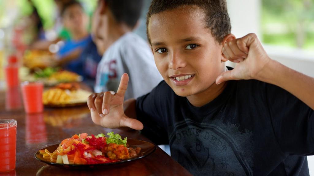 Schulessen in Brasilien. Das staatliche Schulernährungsprogramm fördert ein gesundes Schulessen aus lokaler bäuerlicher Landwirtschaft. © Kopp / MISEREOR