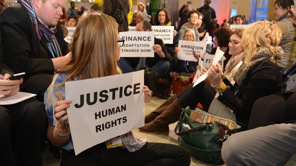Demonstration der zivilgesellschaftlichen Gruppen für ein ambitioniertes Abkommen am 9.12. bei dem Klimaverhandlungen in Paris. Foto: MISEREOR