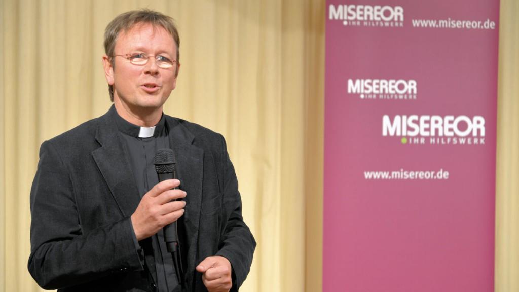 Prälat Dr. Karl Jüsten von der Katholischen Zentralstelle für Entwicklungshilfe...