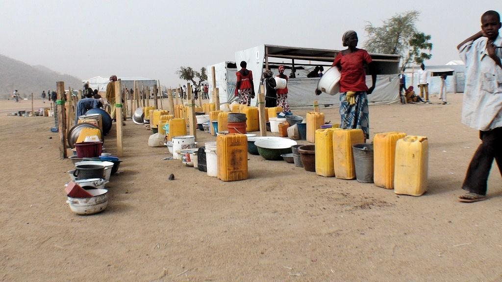 Im Flüchtlingslager Minawa in Nordkamerun herrschen schwierige Bedingungen. Das Trinkwasser ist knapp, die Schulen sind überfüllt. Die Flüchtlinge kommen aus dem Nachbarland Nigeria, 70 Prozent von ihnen sind Frauen und Kinder.