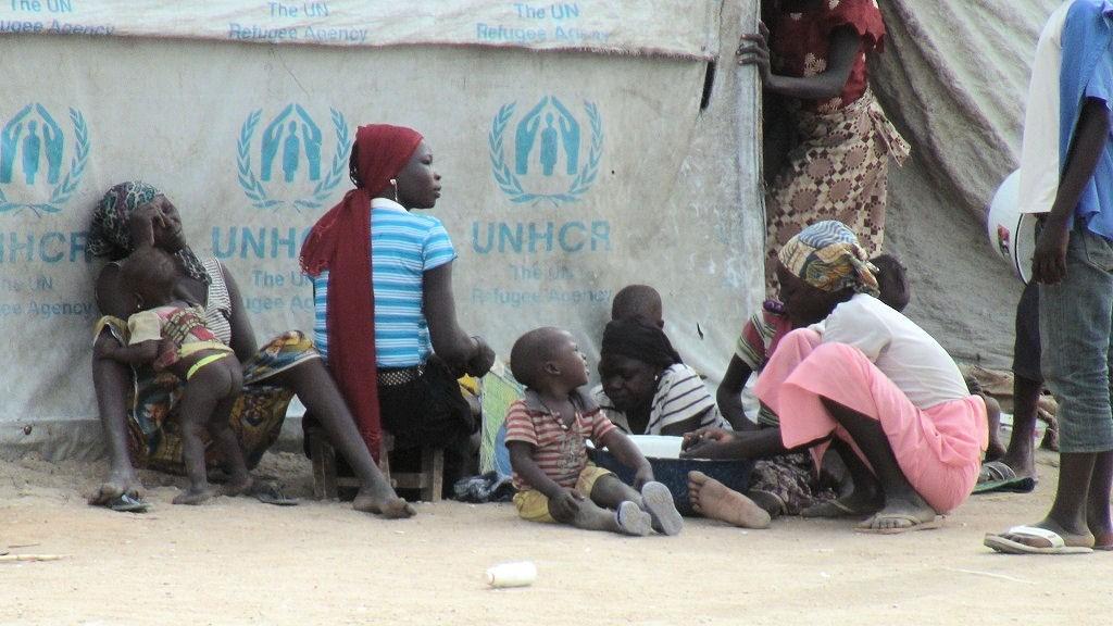 Tausende nigerianische Flüchtlinge haben Schutz in den grenznahen Dörfern in Kamerun gefunden. Sie bekommen von MISEREOR Unterstützung. Das Konfliktpotential in der Region ist hoch. Die Menschen sind unzufrieden mit der wirtschaftlichen Situation, die Jugendlichen haben keine Zukunftsperspektive. Das macht sie anfällig für die Rekrutierung durch Boko Haram.