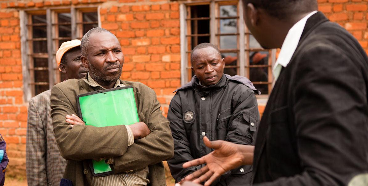 Frank Ademba im Gespräch mit Kleinbauern aus Magome, wo die New Forrest Company auf gut 6000 Hektar Kiefern und Eukalyptus anbaut. Foto: Maurice Ressel/MISEREOR