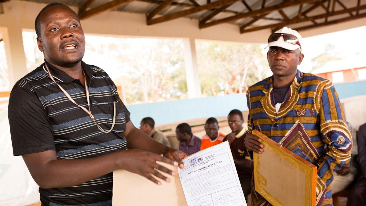 Frank Ademba von der Bauernorganisation MVIWATA erklärt die komplexe Ausweisung von Land und den Erhalt von Landtiteln in Tansania. Foto: Maurice Ressel/MISEREOR