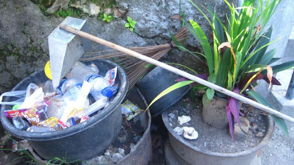 Blog 8 Mülleimer im Grünen - unseren Abfall sammeln wir sorgfältig in einem Behälter bevor er hinterm Haus verbrannt wird