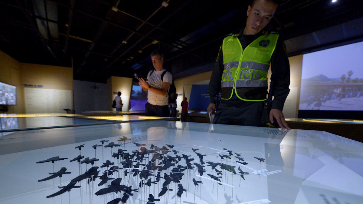 Ein junger Polizist betrachtet die Installationen im Museum Museo Casa de la Memoria, Medellin, Departamento Antioquia, Kolumbien; Foto: Florian Kopp/Misereor