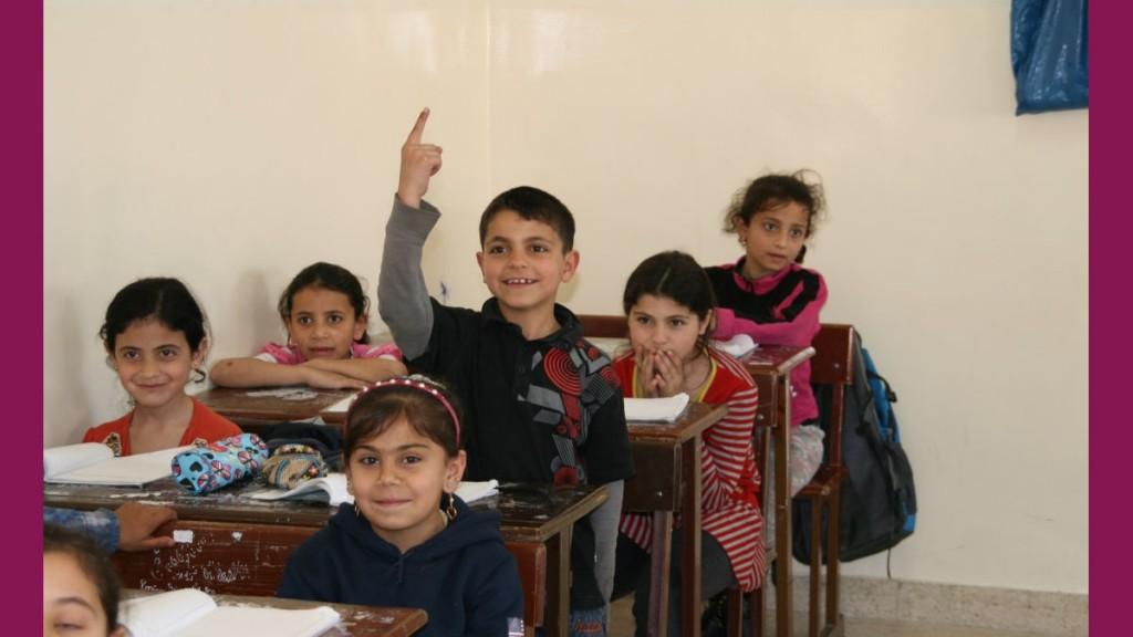 Flüchtlingskinder in Jordanien nehmen begeistert am Unterricht teil.