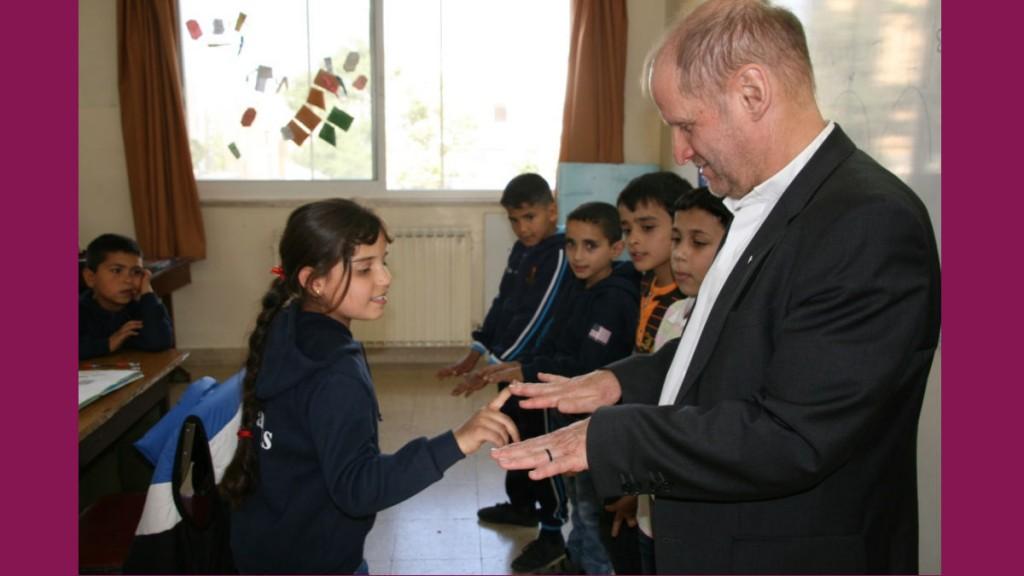 Ein Mädchen bewältigt unter Zuhilfenahme der Finger ihrer Klassenkameraden und von Pirmin Spiegel eine Rechenaufgabe im Mathematikunterricht.