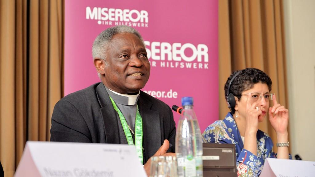 """Kardinal Turkson dikutiert auf dem MISEREOR-Podium """"Wie können Religionen helfen, die Welt besser zu machen?"""" © Thomas Kuller/MISEREOR"""