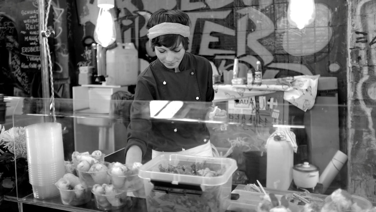 """Anna König: """"Slowfood, träumt davon nicht eigentlich jeder? Ist es nicht schön, dass Menschen den Vorgang der Nahrungsaufnahme bewusster und entspannter angehen wollen? Ich freue mich, wenn die Entschleunigung langsam Anklang findet und man beim Arbeiten mehr Zeit für Details und Kreativität hat und die rennenden Zeiger der Uhr nicht mehr so sehr den Arbeitsalltag bestimmen."""""""