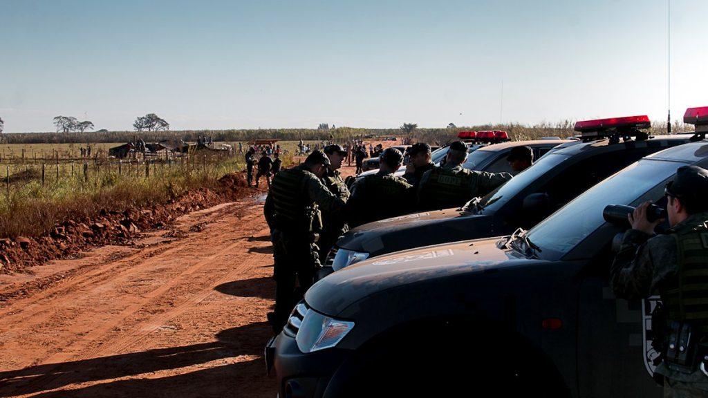Bloqueio policial na entrada da Reserva Te'yikue - que dá acesso a retomada Toropaso, Caarapó, MS