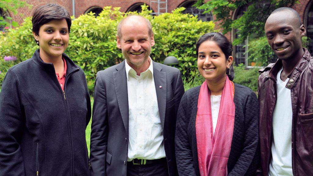 Pirmin Spiegel begrüßte die drei Freiwilligen in der Aachen Geschäftsstelle ©Thomas Kuller/MISEREOR