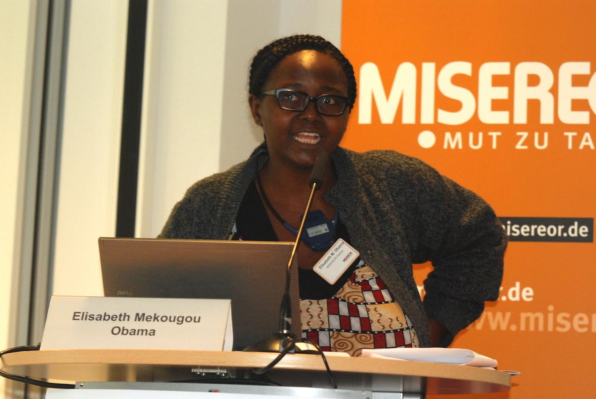 """Elisabeth Mekougou Obama ist engagierte Menschenrechtlerin aus Kamerun. Sie setzt sich seit vielen Jahren für soziale Gerechtigkeit und die Belange besonders Benachteiligter in der Hafenstadt Douala ein. Als sie von brutalen Vertreibungen von Armen im Zuge eines Bauprojektes erfuhr, war sie geschockt. Das Thema ließ sie nicht los, und so rief sie 2012 das """"Zivilgesellschaftliche Projekt gegen die Zerstörung von Armensiedlungen"""" ins Leben, das von MISEREOR unterstützt wird. Foto: Brodbeck/ MISEREOR"""