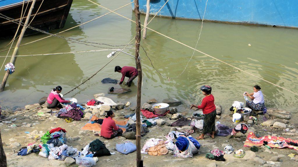 Gute wirtschaftliche Perspektiven bei verbreiteter Armut: Frauen in Myanmar beim Wächewaschen. © MISEREOR